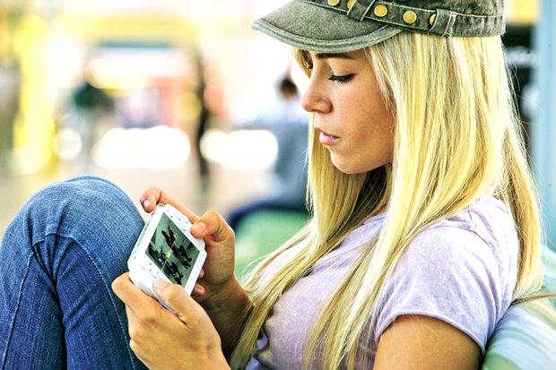 Девушка с PSP